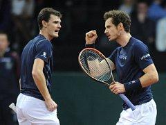 Andy Murray (vpravo) se svým bratrem Jamiem zvládli ve finále Davis Cupu proti Belgii čtyřhru.
