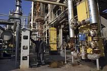 Ropná rafinerie, těžba ropy - ilustrační foto