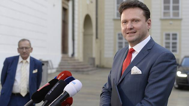 Předseda Sněmovny Radek Vondráček (ANO) hovoří s novináři 14. ledna 2020 na Pražském hradě, kde se setkal s prezidentem Milošem Zemanem a předsedou Senátu Jaroslavem Kuberou (vlevo) na novoročním obědě