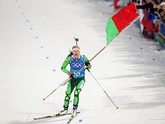 Darja Domračevová z Běloruska slaví prvenství v ženské štafetě.