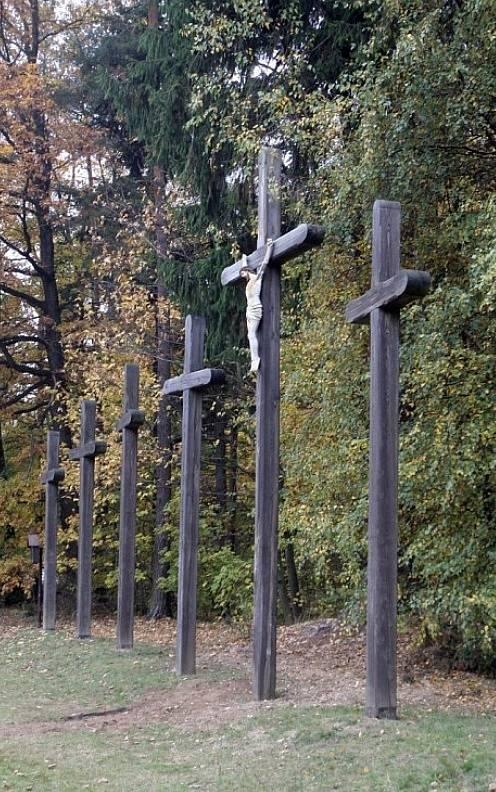 Stávající kříže na místě stojí od roku 1985.