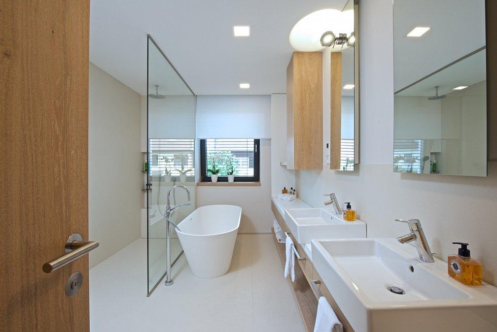 V prvním patře nechybí prostorná společná koupelna s velkou samostatně stojící vanou, pohodlným sprchovým koutem a umyvadly.