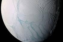 """Na snímku pořízeném sondou Cassini jsou vidět """"tygří pruhy"""" na jižním pólu Enceladu, Saturnova měsíce."""