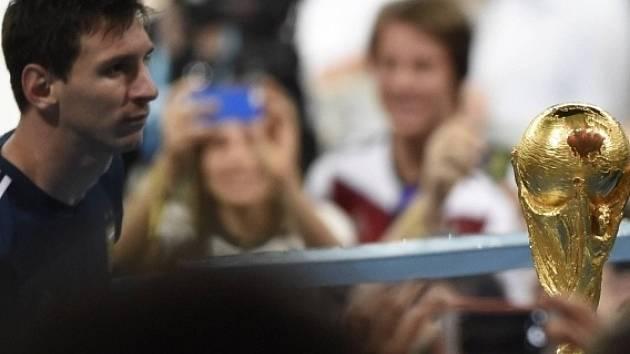 Smutný pohled. Lionel Messi nemohl zvednout trofej pro vítěze MS