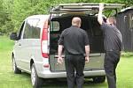 Pracovníci pohřební služby odvážejí tělo fanouška z místa tragédie.