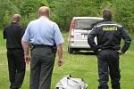 Pracovníci pohřební služby za asistence policie a hasičů odvážejí tělo fanouška z místa tragédie