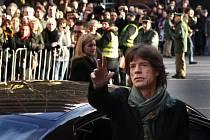 Mick Jagger pozdravil přítomné diváky hned po svém příjezdu.