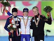 Vítězka závodu na tři tisíce metrů Ireen Wüstová na pódiu vítězů s Martinou Sáblíkovou a Stephanií Beckertovou.