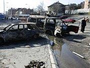 Hlídkující vozidlo OSN před budouvou Organizace v Kosovské Mitrovici.