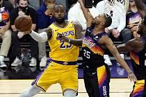 LeBron James v dresu Lakers proti Phoenixu.