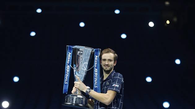Daniil Medveděv s trofeji pro šampiona Turnaje mistrů.