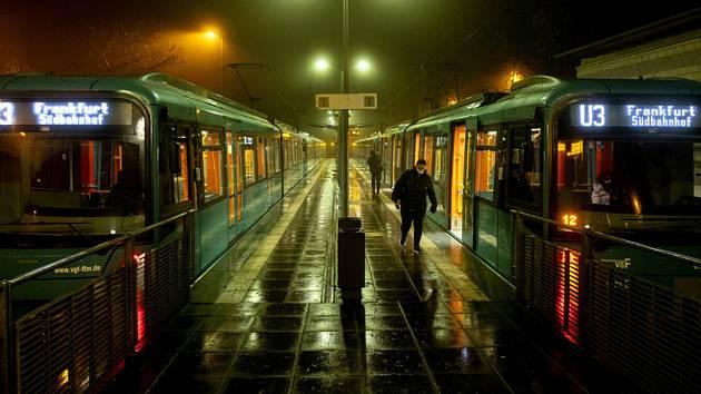 Pohled na stanici metra Oberursel u Frankfurtu nad Mohanem v Německu, 12. listopadu 2020