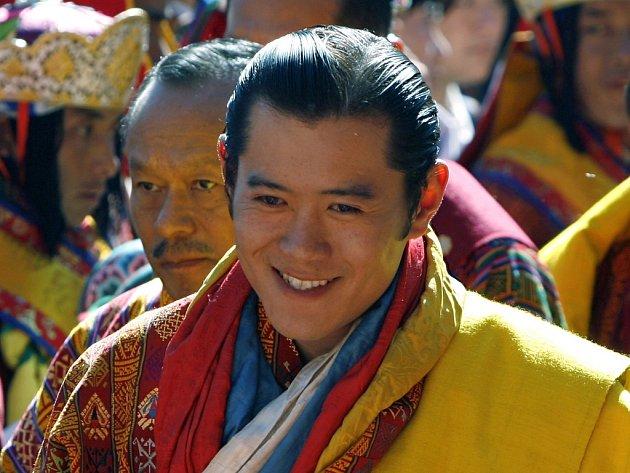 Jigme Khesar Namgyel Wangchuck kráčí ke korunovaci bhútánskou havraní korunou.
