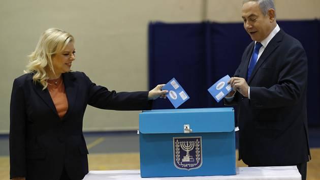 Izraelský premiér Benjamin Netanjahu (vpravo) a jeho manželka Sara Netanjahuová u voleb.
