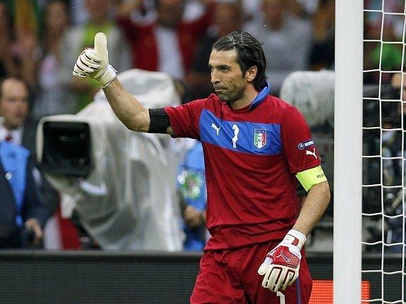 Ital Gianluigi Buffon chválí obránce před sebou.