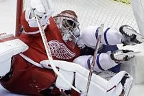 Petr Mrázek odchytal v dresu Detroitu celý zápas proti Torontu a 28 úspěšnými zákroky se podílel na vítězství 4:3.