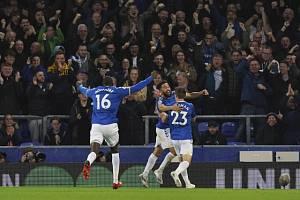Andros Townsend z Evertonu se raduje z gólu.