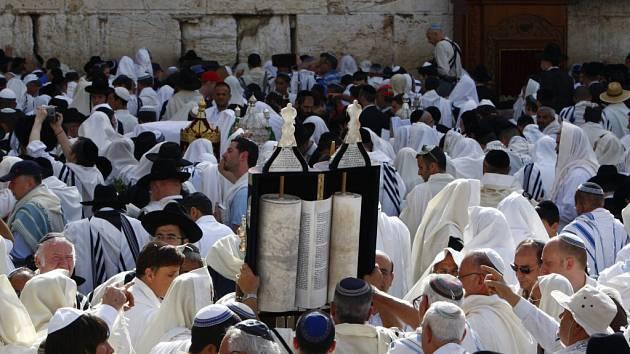 Svátek pesah u Zdi nářků v jeruzalémském Starém městě.