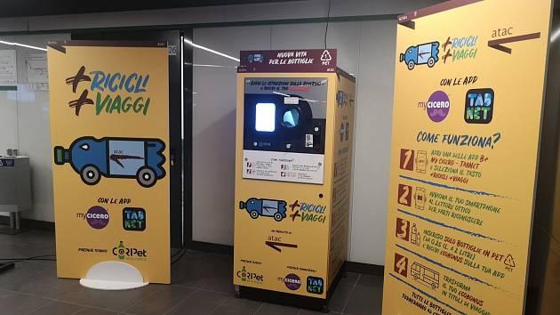 Recyklační automaty na PET lahve ve stanici metra v Římě
