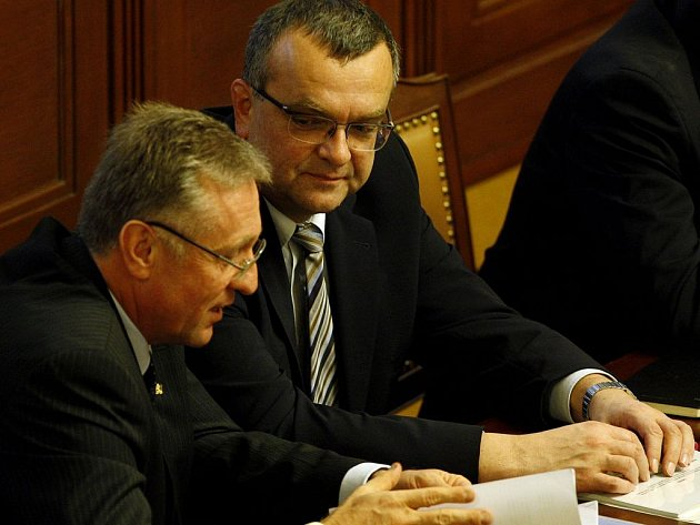 Premiér Mirek Topolánek (vlevo) a ministr financí Miloslav Kalousek na schůzi Sněmovny. Premiér přiznal , že finanční krize už dorazila i do Česka