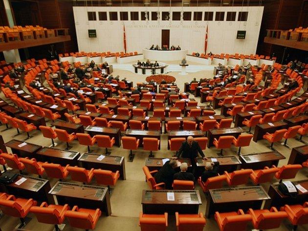 V tureckém parlamentu se už podruhé tento týden poprali poslanci z vládního a opozičního tábora, kteří vedou vášnivý spor kvůli přijetí nového zákona o policii. Ilustrační foto.