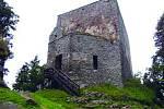 Vítkův hrádek.  Nejvýše položený hrad v Čechách s největší dochovanou obytnou věží se tyčí v nadmořské výšce 1053 metrů.