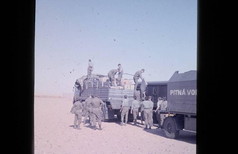 Českoslovenští vojáci v poušti