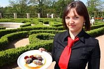 Marie Perevozcyková ukazuje čápy s mákem, zdejší specialitu.