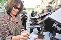 SVÁTEK FILMU. Francouzská herečka Fanny Ardantová mezi fanoušky.