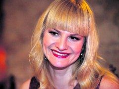 Herečka Iva Pazderková se ujala role moderátorky nové soutěže Prima COOL Pekelná výzva. Vítěz v ní může po zdolání drsných disciplín získat až sto tisíc
