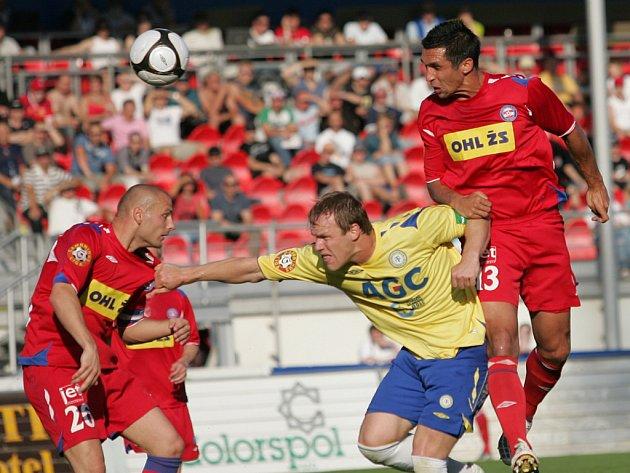 Stoper Brna Martin Živný (vpravo) bojuje o míč v duelu s Teplicema.