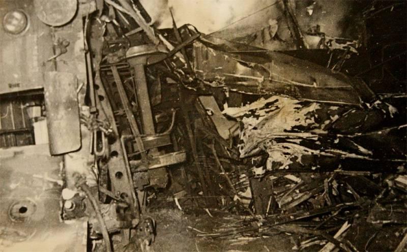 Rozdrcené trosky motorového vlaku převráceného na bok