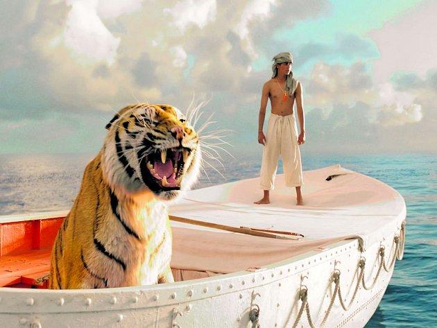 PÍ A JEHO ŽIVOT. Suraj Sharma v titulní roli dobrodružného snímku Anga Lee.