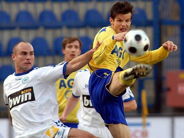 Liberecký Jan Nezmar (vlevo) a Jiří Sabou z Teplic bojují o míč v zápase 18. ligového kola.