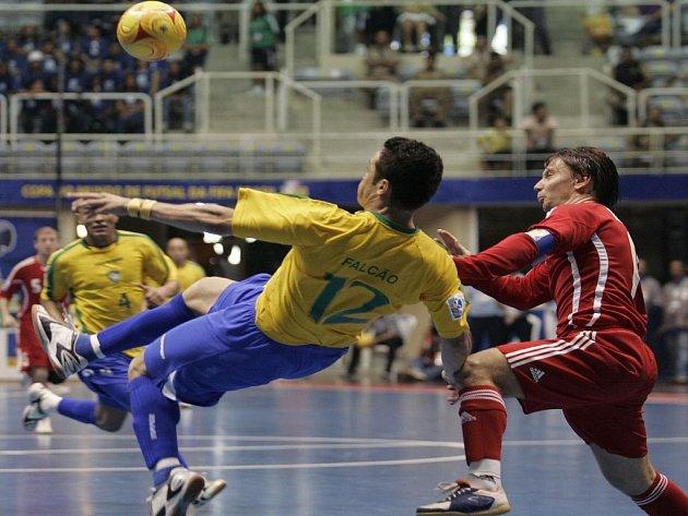 Brazilští fotbaloví kouzelníci jsou ve finále futsalového MS. Na snímku předvádí své umění Falcao, přistupuje k němu Rus Majevskij.