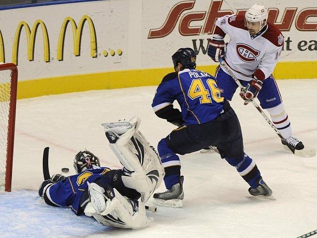 Tomáš Plekanec z Montrealu (vpravo) se marně pokouší překonat gólmana St. Louis Manny Legaceho. Uprostřed přijíždí obránce Roman Polák.