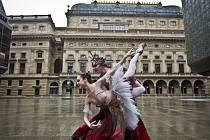 Národní divadlo v Praze zahájilo netradičně novou sezonu za účasti veřejnosti, když na piazzetě, vnitřním otevřeném prostoru mezi budovami divadla, uspořádalo přehlídku kostýmů svých inscenací.