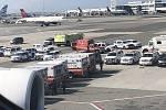 Airbus A380 skončil na letišti JFK v karanténě. Kolem se shromáždily desítky záchranek a policejních aut.
