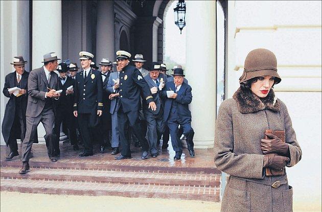 Sama proti světu. Christine Collinsová (Angelina Jolie) čelí psychickému tlaku ze strany policie i novinářů.