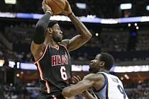 Basketbalisté Memphisu porazili ve středečním utkání NBA Miami 107:102. Obhájcům titulu nepomohlo ani 37 bodů LeBrona Jamese a v pořadí Východní konference klesli na druhé místo za Indianu.