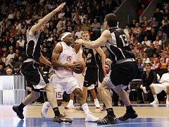 Basketbalisté Nymburka (v bílém) v Evropském poháru proti Bilbau.