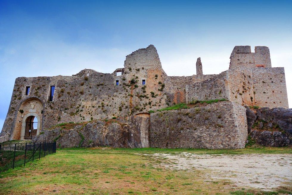 Městečku dominuje i zřícenina hradu Evoli.