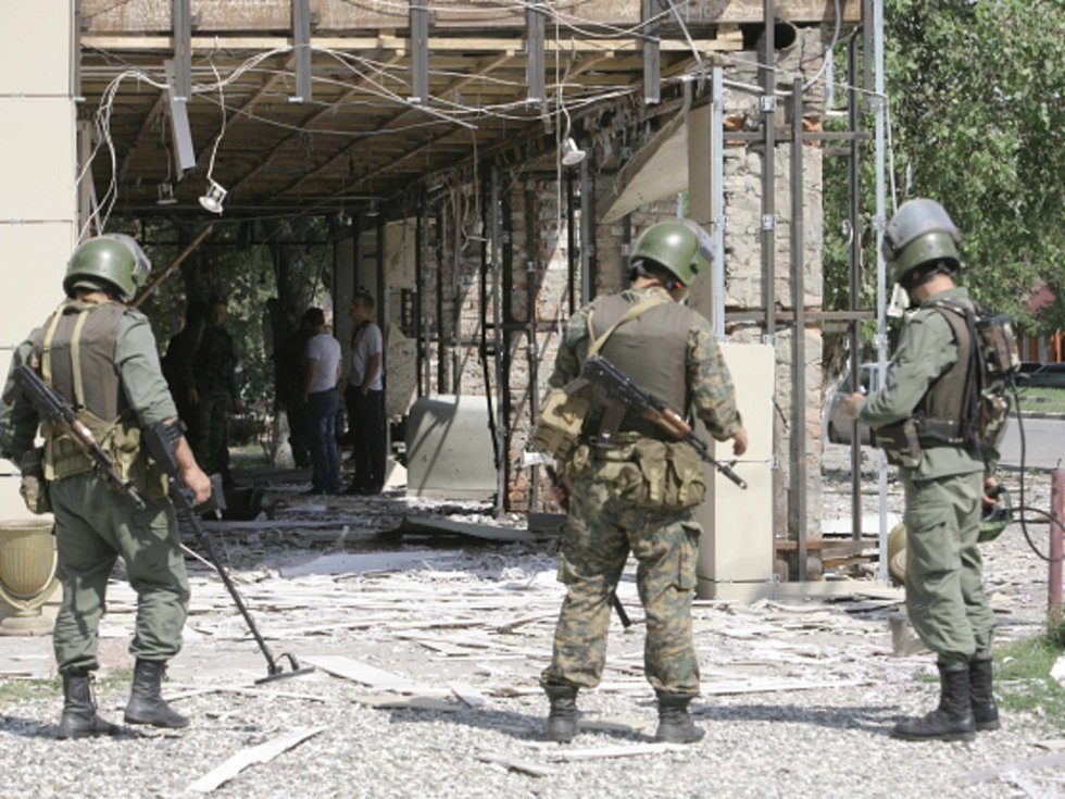 Pět policistů zabil a dalších 12 zranil sebevražedný atentátník v Grozném, metropoli autonomního Čečenska na neklidném ruském severním Kavkazu.
