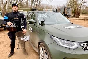 V plné polní. Český policista Jiří Ulehla s výstrojí, kterou používal při své misi v rámci Frontexu na řecko-turecké hranici
