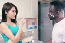 Reklama na nový prací prášek ukazuje mladého černocha se šmouhami a skvrnami od barev na tváři i na tričku. Jeho čínská přítelkyně mu svůdně vloží tabletu do úst a pak jej po hlavě vhodí do pračky, z níž po pracím cyklu vyleze Číňan v bělostné košili.