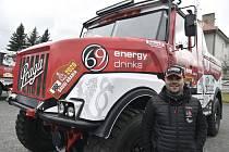 Pilot kamionu Aleš Loprais pózuje před novým vozem, speciálem Praga V4S