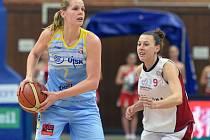 Alena Hanušová z USK Praha (vlevo) a Lenka Bartáková z Nymburka.