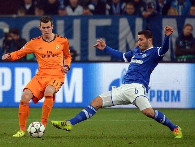 Gareth Bale z Realu Madrid (vlevo) a Sead Kolasnič z Schalke.