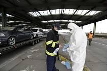 Dezinfekce rukou na česko-slovenském hraničním přechodu v Kútech