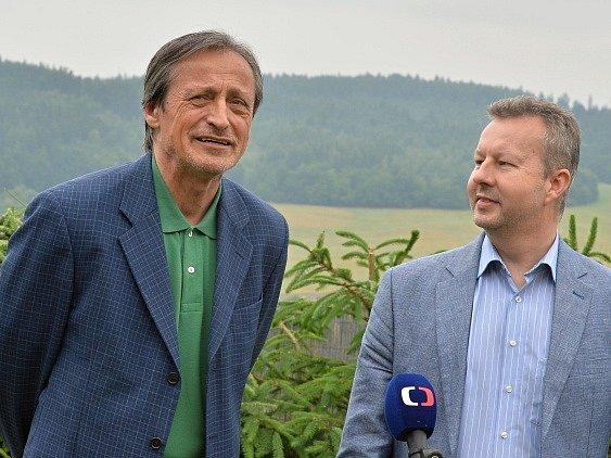Ministr obrany Martin Stropnický (vlevo) a ministr životního prostředí Richard Brabec.